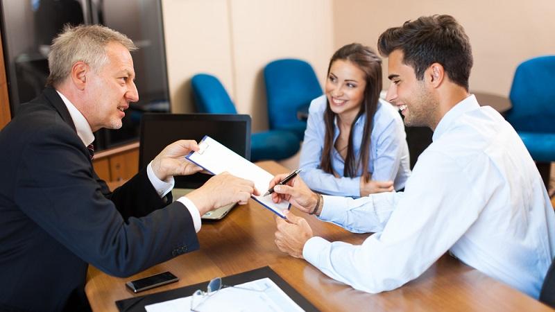 Natürlich braucht der Versicherungsfachmann, der übrigens nicht nur zu Versicherungen berät, sondern auch zu diversen Finanzprodukten und Möglichkeiten zur Vermögensanlage, ein eigenes Büro. (#02)