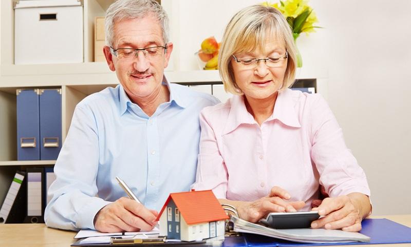 Wer den Wunsch hegt, möglichst mietfrei im Alter wohnen zu können, stößt eventuell auf das Angebot zur Umkehrhypothek.