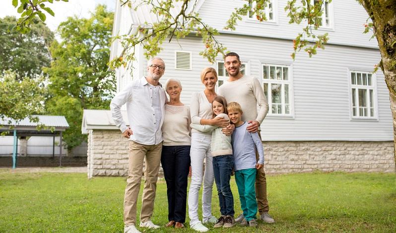 Viele Hausbesitzer regeln ihre Vermögensverhältnisse schon zu Lebzeiten und nehmen zum Beispiel eine Schenkung des Hauses an ihre Kinder vor.