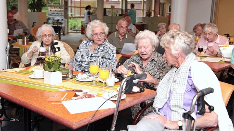 Ebenfalls zu erwähnen ist auch die Pflegeversicherung. Die Ausgaben der Pflegeversicherung für einen Bürger werden im Alter deutlich höher.  ( Foto: Shutterstock-_Nancy Beijersbergen )