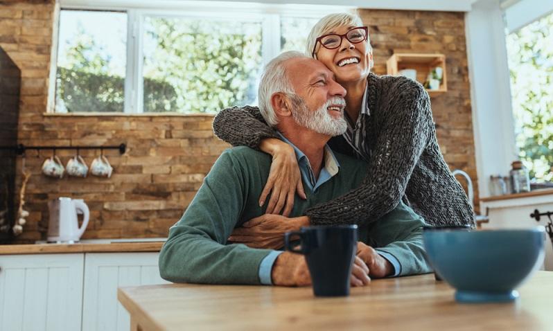 Damit ältere Menschen im Ruhestand auch versorgt werden können, gibt es die Rentenversicherung. Mehr als 90 % der Menschen beziehen Leistungen aus dieser. (Foto: Shutterstock-bbernard )