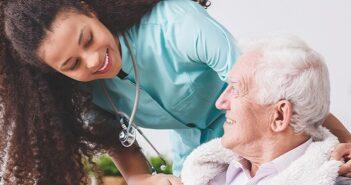 Private Krankenversicherung im Alter: unbezahlbar oder unverzichtbar? Wie die stabilen Tarife im Alter zustandekommen. ( Foto: Shutterstock- Photographee.eu )