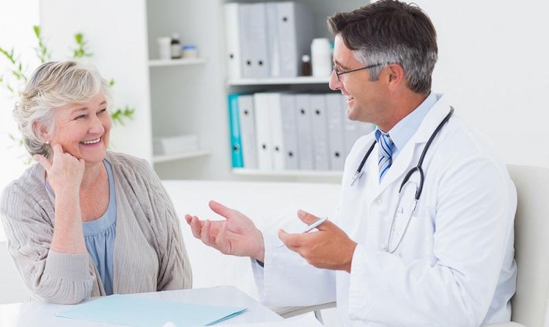 Ältere Personen, die eine Private Krankenversicherung haben, können zudem in den Standardtarif wechseln.  ( Foto: Shutterstock- wavebreakmedia )