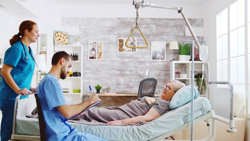 Der Zugang zum Bett sollte im Hinblick auf eine spätere mögliche Pflegebedürftigkeit von drei Seiten aus möglich sein. ( Foto: Shutterstock-_DC Studio)
