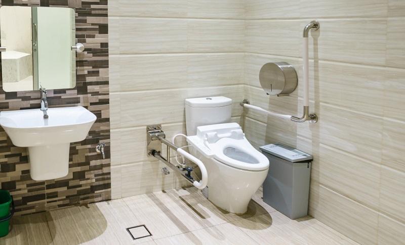 Haltegriffe an den Wänden sorgen für ein leichteres Aufstehen nach dem Baden, Dusch- und Wannenhocker erlauben das Hinsetzen bei der Körperpflege. ( Foto: Shutterstock- NavinTar )