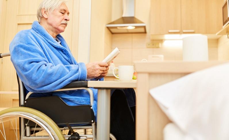 Die Bewegungsfläche in der Küche sollte mindestens 120 cm vor Wänden und Möbeln betragen, für Rollstuhlfahrer werden sogar 150 cm empfohlen. ( Foto: Shutterstock-Robert Kneschke )