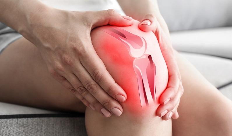 Knieschmerzen zeigen sich besonders häufig beim Treppensteigen und können ein Hinweis für eine Überlastung oder für eine Erkrankung des Gelenks sein.   ( Foto: Shutterstock-Africa Studio)